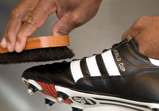 Pflege durch einfetten der Fußballschuhe